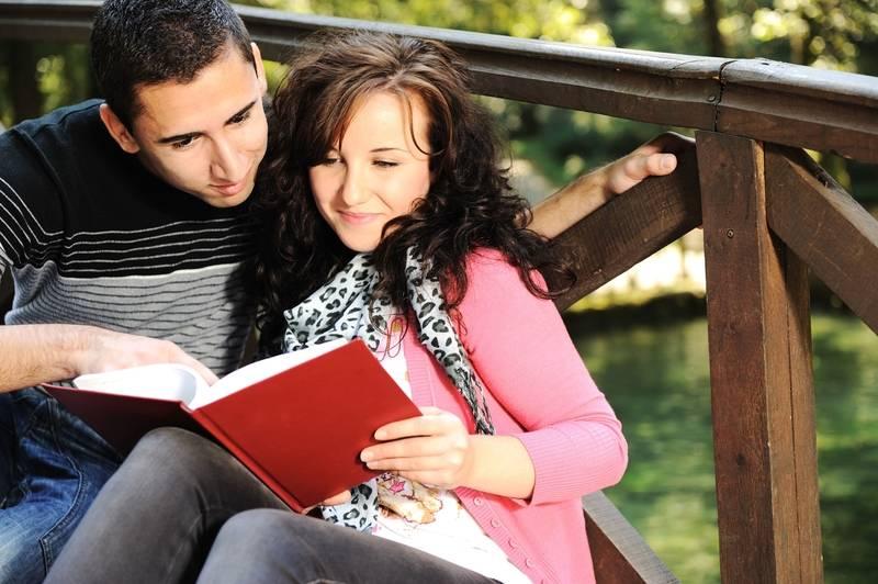 Casal estudando juntos